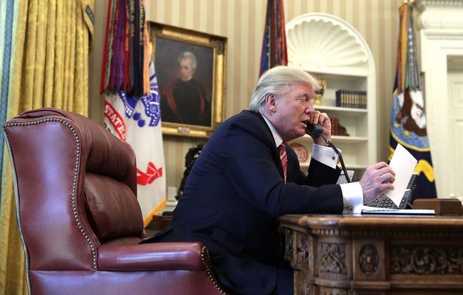 El presidente Donald Trump realiza llamada telefónica.