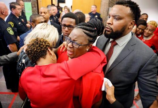 Familiares de la víctima se abrazan tras conocer la sentencia.