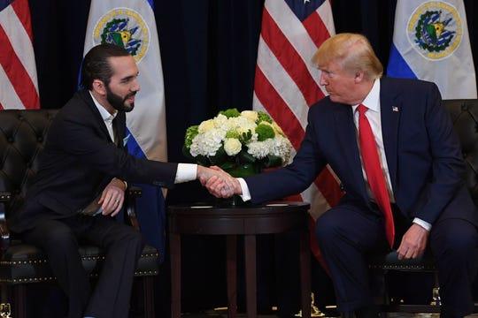 Nayib Bukele y Donald Trump, mandatarios de El Salvador y Estados Unidos, respectivamente, estrechan manos.