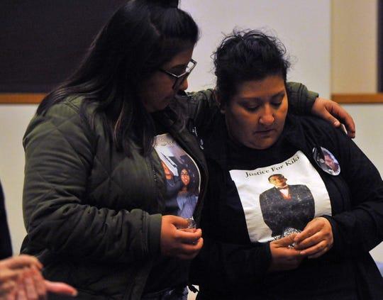 """Cecily Rodríguez, hermana de Enrique """"Kiki"""" Sosa, habló el viernes. """"Estamos aquí simplemente para acompañarnos en nuestro duelo"""", dijo. Aquí, ella abraza a su madre, Lenore Sosa. La sede local de Parents of Murdered Children en Salinas lleva a cabo el Día de Conmemoración de las víctimas de la violencia. 27 de septiembre de 2019."""