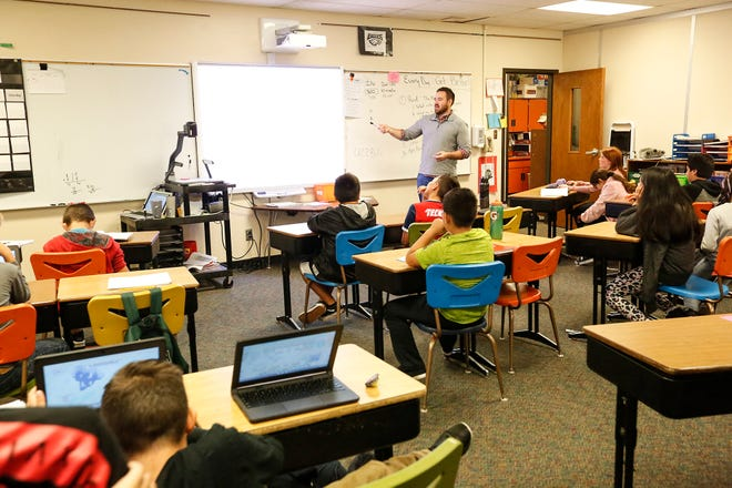Substitute teacher Ryan Giese teaches a fourth grade class at Parkside Elementary School in Fond du Lac, Wis. School Districts across the state received annual report cards this week from Wisconsin Department of Public Instruction. Doug Raflik/USA TODAY NETWORK-Wisconsin