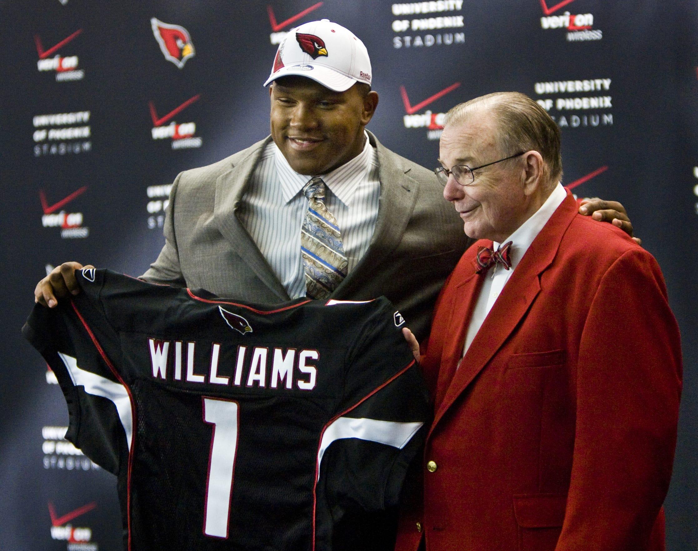 Bill Bidwill posa junto a Dan Williams, selección de primera ronda de Cardenales del draft del 2010.