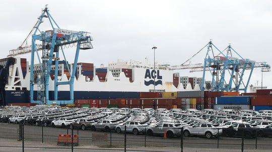 Como parte del acuerdo, el gobierno de Estados Unidos también reducirá del 15% al 7,5% los gravámenes sobre las importaciones que ya estaban en vigor sobre 112.000 millones de dólares en productos chinos.