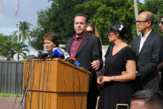 Los hijos del fallecido cantante mexicano José José, José Joel Sosa (c) y Marysol Sosa.