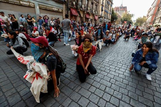 Estudiantes y sobrevivientes de la masacre de 1968 marchan en Ciudad de México hoy, miércoles para exigir justicia el mismo día en que se cumplen 51 años de la masacre perpetrada por el Ejército mexicano contra un mitin de estudiantes en el barrio de Tlatelolco.