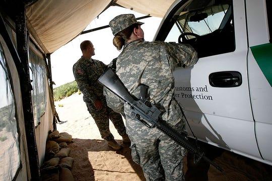 Miembros de la Guardia Nacional en un punto de inspección fronteriza