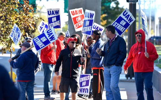 UAW members picket in front of GM's headquarters at the Renaissance Center on Friday.