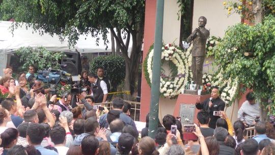 Desde que en México se supo de la muerte de José José, el pueblo se volcó ante su estatua para cantarle en sentido homenaje.