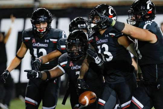 Cincinnati wide receiver Trent Cloud (13) celebrates his touchdown with teammates in the first half on Friday.