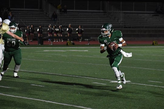 Alisal quarterback Benny Chuca (2) sprints to the outside for a touchdown. Oct. 4, 2019.