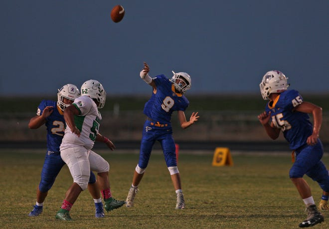 Konnor Barnes, center, tosses a pass for Veribest on Friday, Oct. 4, 2019.