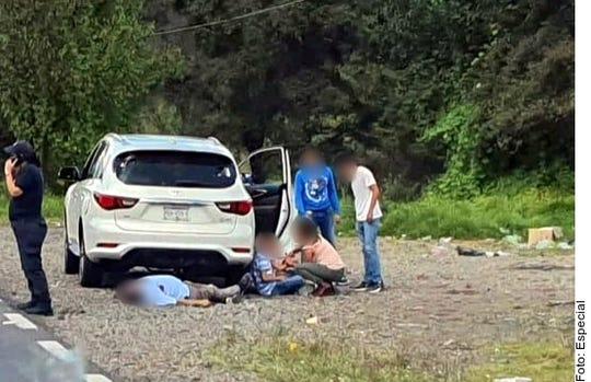 En un presunto intento de asalto, una familia fue atacada a balazos ayer, lo que dejó al padre y a un hijo muerto.