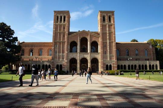 Estudiantes caminan en el campus de la Universidad de California en Los Ángeles (UCLA) en Los Ángeles, California (EE. UU.).