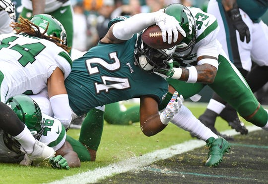 Eagles RB Jordan Howard scores on a 1-yard touchdown run against the Jets.