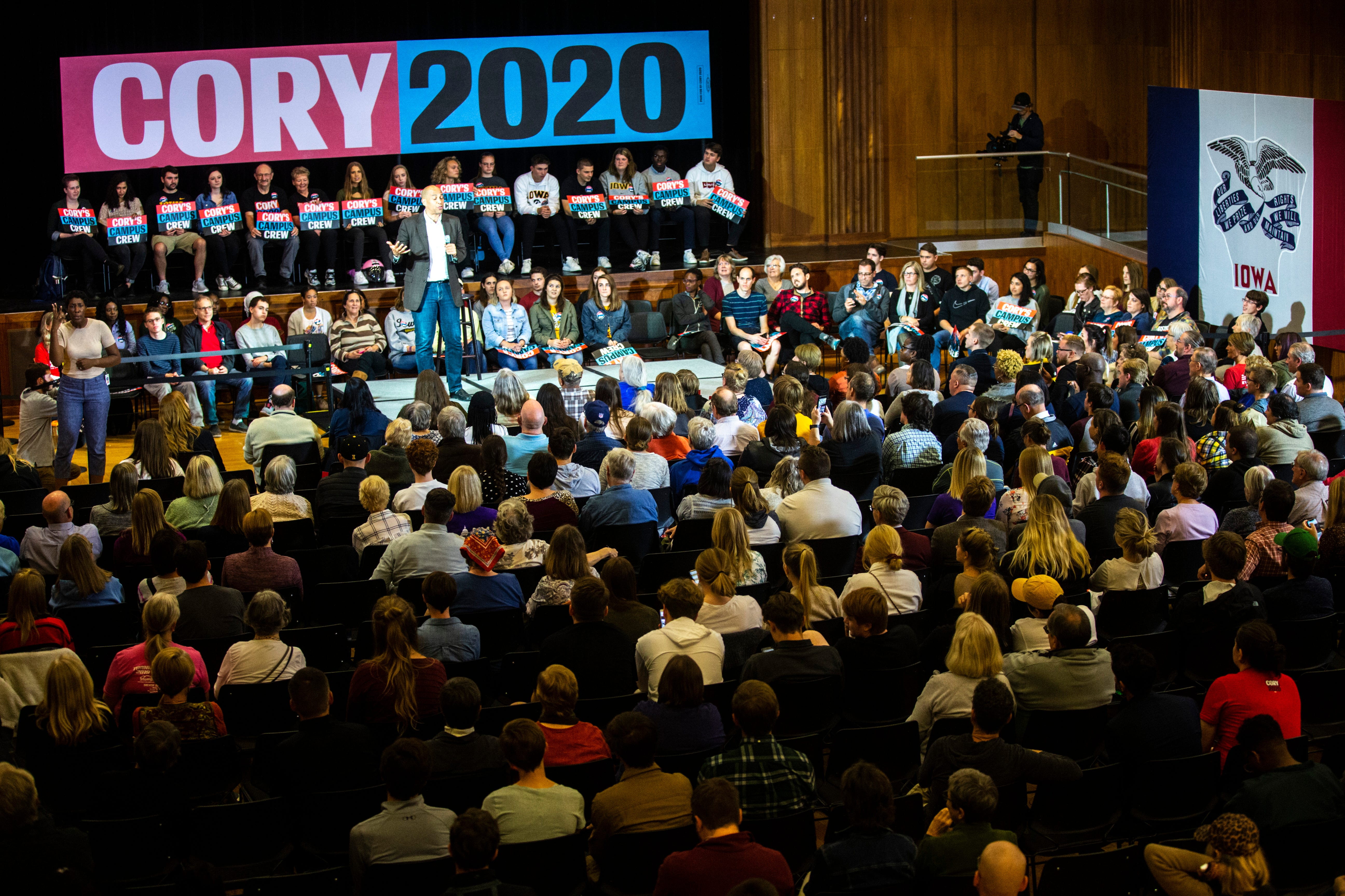 Photos: Cory Booker speaks to 300 people at campaign event on University of Iowa campus