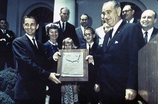 Berkley Bedell, left, receives the Small Businessman of the Year award from President Lyndon Johnson in Washington, D.C., in 1964.