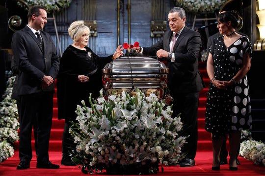 Tres rosas rojas y un micrófono de oro, fueron depositadas sobre el féretro que contiene la mitad de sus cenizas.