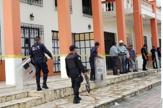 Aunque empleados del Ayuntamiento enfrentaron a los pobladores para tratar de evitar la agresión, la camioneta logró arrancar con el Edil amarrado a la parte trasera.