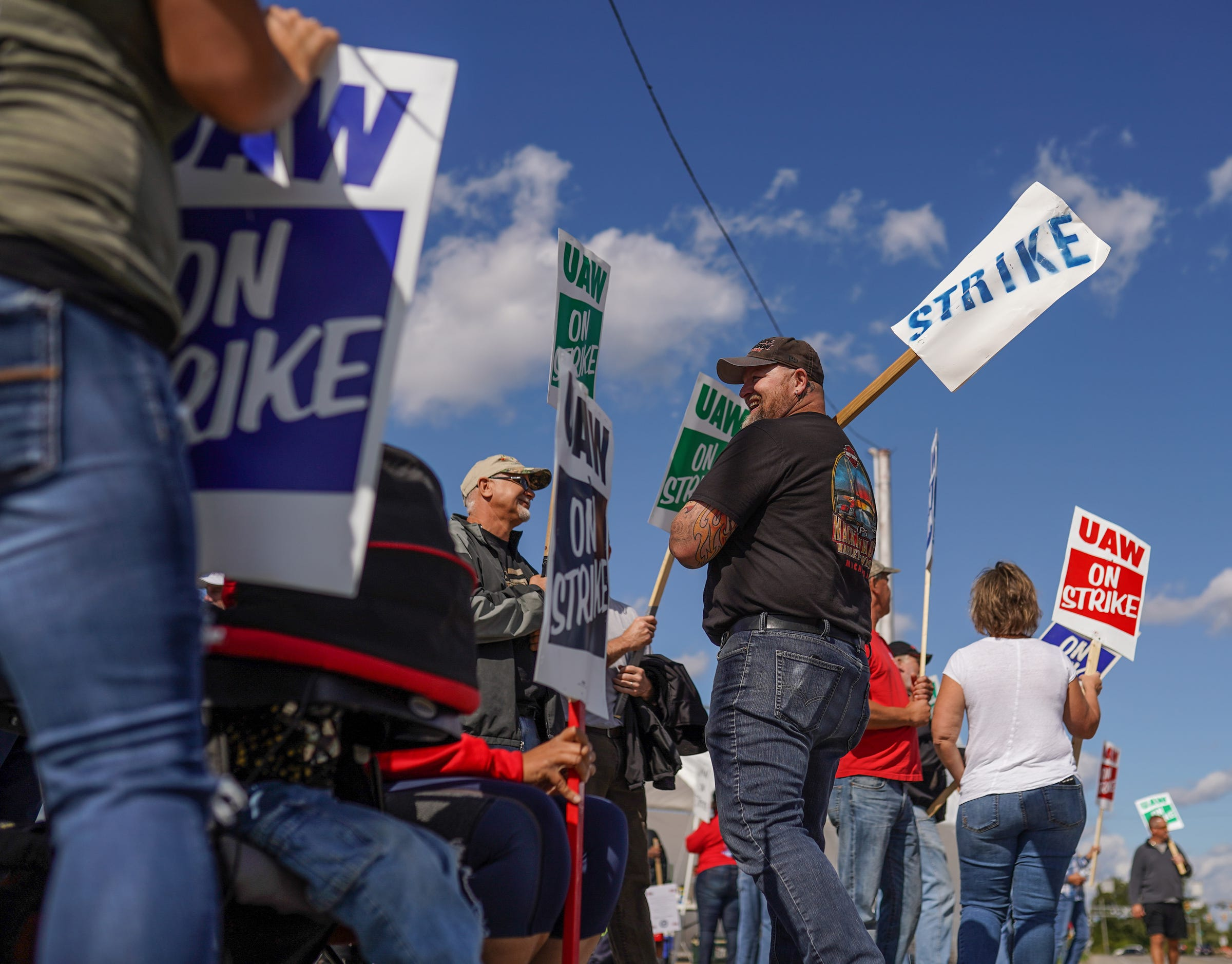 After 30 days, GM-UAW talks suddenly face a deadline. Here s why the clock is ticking