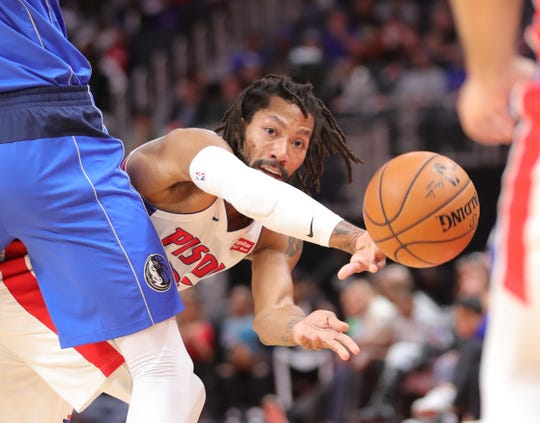 Pistons guard Derrick Rose passes against the Mavericks during the second period Wednesday.