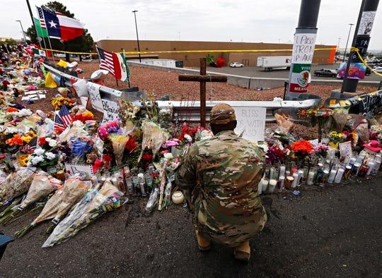 Un miembro del ejército se arrodilla para colocar flores en el memorial de turno después del tiroteo masivo que ocurrió en un Walmart en El Paso, Texas, el 06 de agosto de 2019. Veintidós personas murieron y 26 resultaron heridas durante un tiroteo masivo en el Walmart en 03 de agosto de 2019. Los fiscales dijeron que buscarán la pena de muerte contra Patrick Crusius, un hombre de 21 años, acusado del tiroteo masivo . (Estados Unidos)