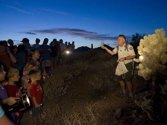 Ponte un disfraz, da un paseo nocturno de un cuarto de milla por el desierto y termina con historias divertidas y espeluznantes alrededor de una hoguera durante Goofy Ghost Walk en el Parque Regional Usery Mountain.