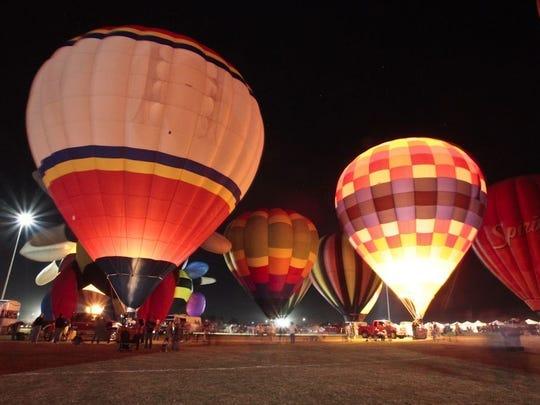 Ballon Spooktacular en Salt River Fields ilumina el cielo nocturno.