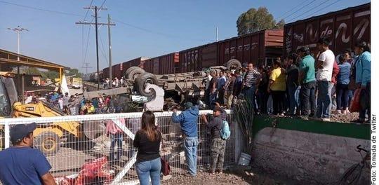 El accidente ocurrió el viernes en un paso a nivel cerca de la ciudad de San Juan del Río, en el estado de Querétaro.