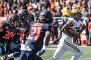 Michigan's Hassan Haskins (25) runs away from the Illinois defense to score a touchdown during the first half Saturday.
