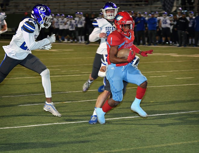 Hirschi's Jevione Livingston (1) scores a second quarter touchdown against Decatur Friday night at Memorial Stadium.