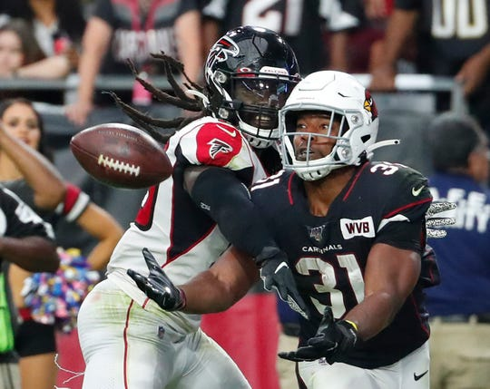 Arizona Cardinals running back David Johnson (31) catches a touchdown pass while defended by Atlanta Falcons outside linebacker De'Vondre Campbell (59) during the fourth quarter October 13, 2019.