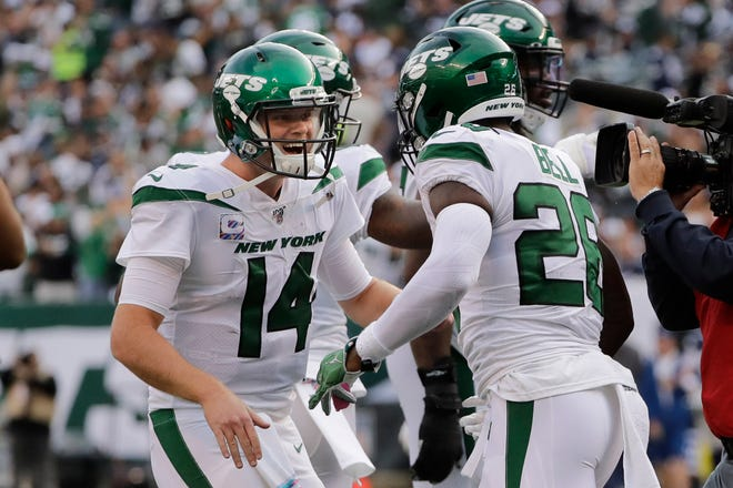 New York Jets quarterback Sam Darnold, left, celebrates with Le'Veon Bell (Michigan State) after Bell scored a touchdown during the first half.