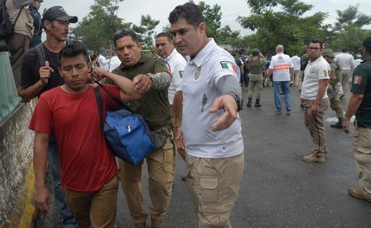 Elementos de la Guardia Nacional, policías federales y personal del Instituto Nacional de Migración (INM) detienen el sábado la marcha de unos 2.000 migrantes que decidieron emprender su marcha por territorio mexicano de forma ilegal para llegar a las fronteras del norte de México con Estados Unidos.
