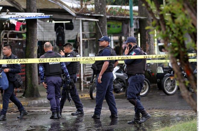 """La Secretaría de Seguridad de Michoacán informó en un comunicado que los policías se encontraban en la localidad de El Aguaje, municipio de Aguililla, cuando """"varios civiles armados dispararon en su contra""""."""