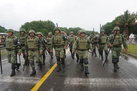 Efectivos de la Guardia Nacional y Policía Federal detienen la marcha de unos 2.000 migrantes que el sábado decidieron emprender su marcha por territorio mexicano de forma ilegal para llegar a las fronteras del norte de México con Estados Unidos.