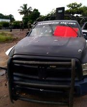 Vista general este lunes de una patrulla de la policía estatal que fue emboscada por un grupo armado en Aguililla, estado Michoacán (México).
