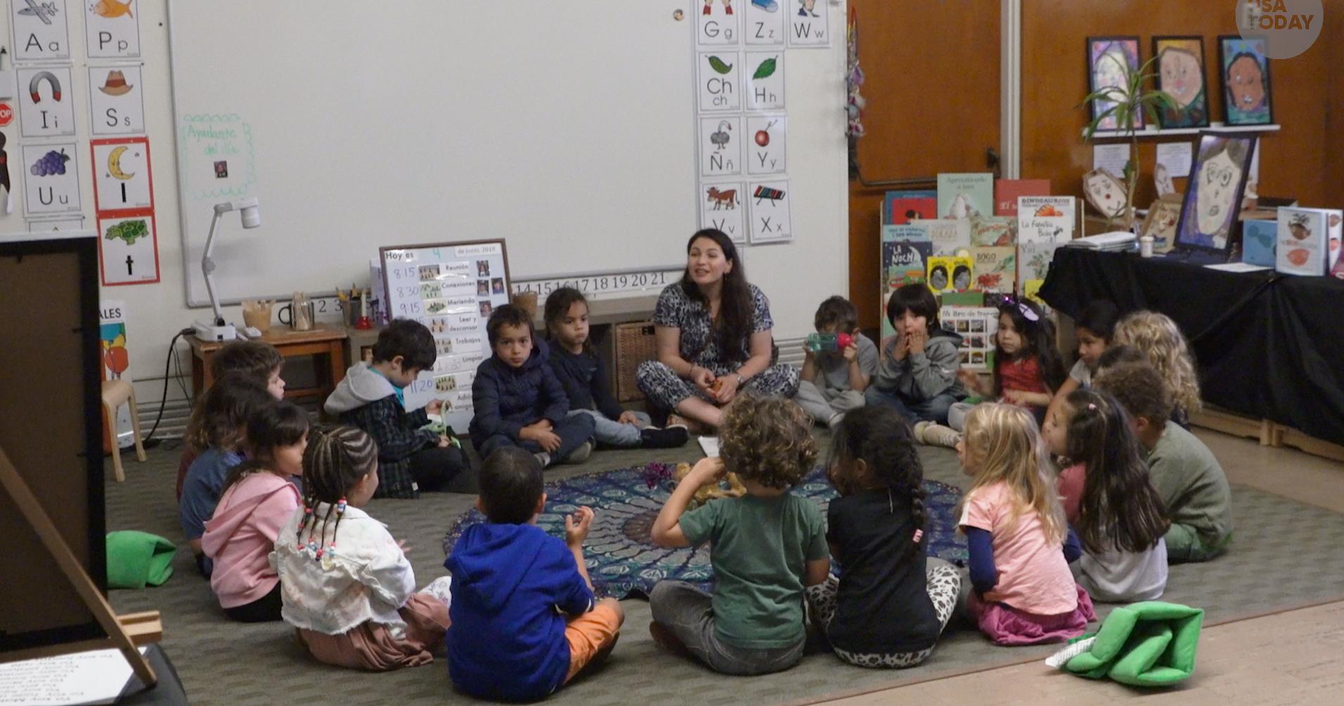 Practican la educación bilingüe en las escuelas públicas en los EEUU
