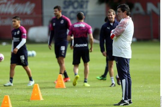 Luis Fernando 'Flaco' Tena observa el entrenamiento de Chivas.