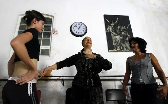 Alicia Alonso (centro) fue mentora de varias bailarinas en su natal Cuba.