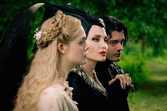 """Fotograma cedido por Disney donde se muestra a los actores Elle Fanning (i), Angelina Jolie (c) y Sam Riley (d) durante una escena de la película """"Maleficent: Mistress of Evil""""."""