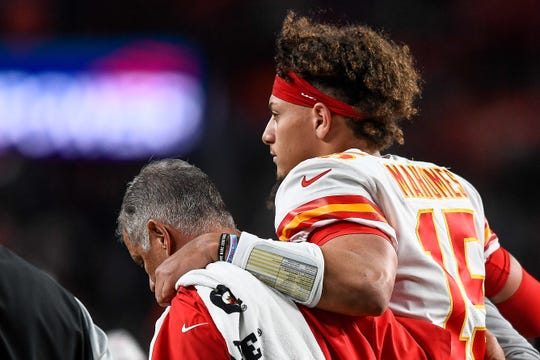 Patrick Mahomes sale lesionado del partido ante Broncos.