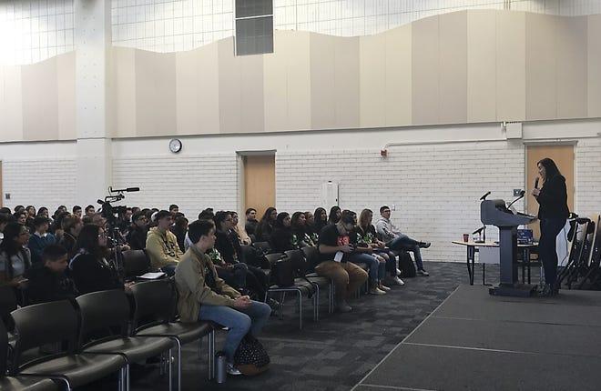 Diana Márquez-De La Torre habla ante el público de estudiantes del Valle de Salinas en un maratón de programación el sábado 19 de octubre de 2019.