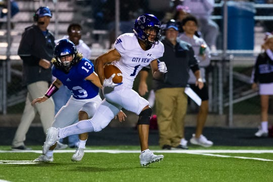 City View's Jayln Marks runs past Gunter's Clayton Reed for a touchdown Friday, Oct. 18, 2019.