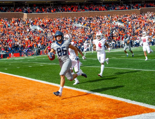 Illinois wide receiver Donny Navarro runs in for a touchdown during the first half against the Wisconsin at Memorial Stadium.