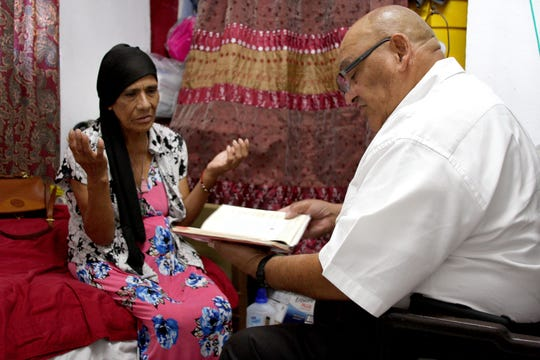 El capellán Cristiano Artigas visita con su paciente, Maria Estrada Hernandez.