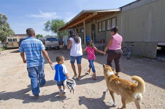Fotografía de archivo de una familia de inmigrantes ilegales en el sur de Tucson en Arizona.