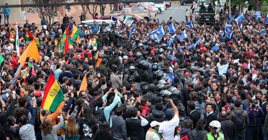 Seguidores del candidato Carlos Mesa y el presidente Evo Morales se confrontan en la calle.