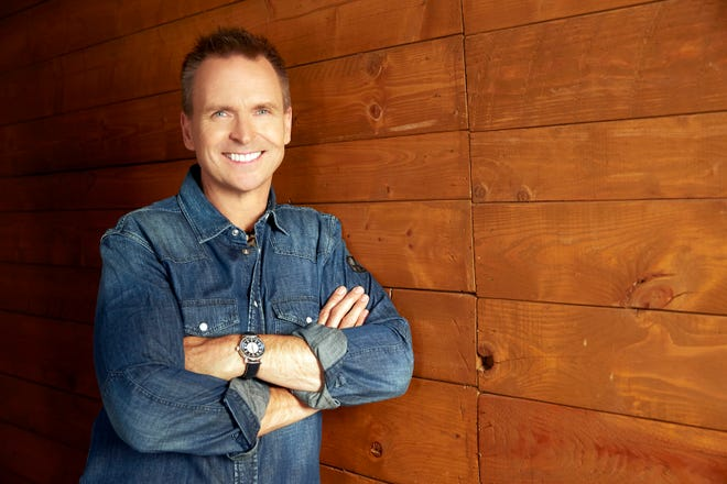 Phil Keoghan, host of the CBS series THE AMAZING RACE, scheduled to air on the CBS Television Network.  Photo: Monty Brinton/CBS 2018 CBS Broadcasting, Inc. All Rights Reserved