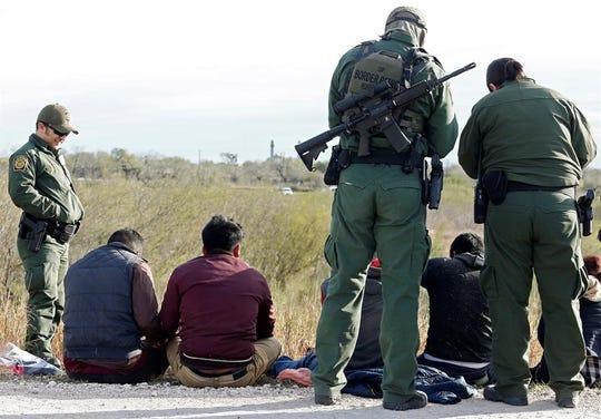 Guardias estadounidenses detienen a inmigrantes mexicanos que trataban de pasar la frontera de Estados Unidos.