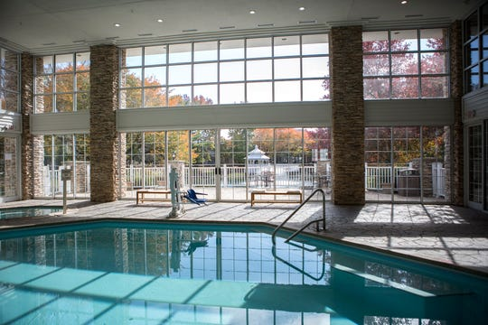 The newly-renovated Cherry Valley Hotel, in Newark, is fitted with an indoor pool, bar, restaurant, conference rooms, board rooms, banquet rooms and a Starbucks coffee bar. The restaurant offers a range of foods, including fish, burgers and pizza. All beds in the hotel are king size.